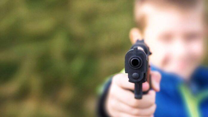 Bimbo di 3 anni si spara
