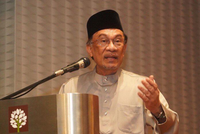 La Malesia si ribalta: leader dell'opposizione rivendica la leadership