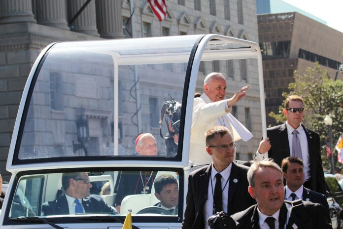 L'uomo non è una cosa: così ammonisce Papa Francesco