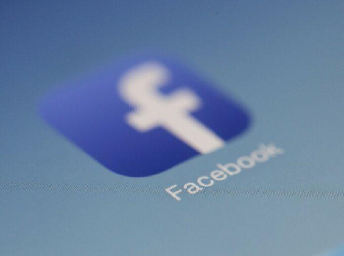Trump fa causa a Facebook