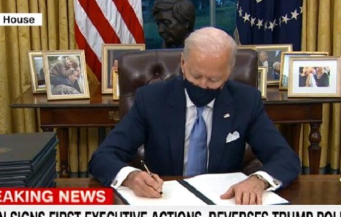 Biden firma i suoi primi ordini