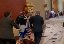 Statua dorata di Trump