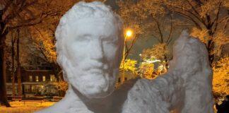 Statua di neve di Ippocrate a New York