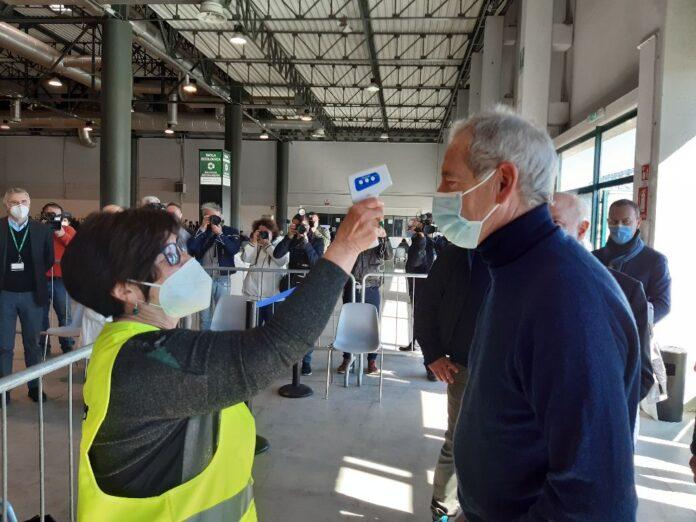 Guido Bertolaso all'hub di Cremona (foto ufficio stampa) articolo di Loredana Carena