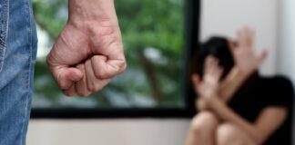 Violenta e picchia