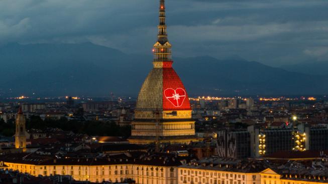 Rosso colore simbolo della sensibilizzazione verso le donazioni e i trapianti, Mole Antonelliana illuminata di rosso (foto ufficio stampa) articolo di Loredana Carena