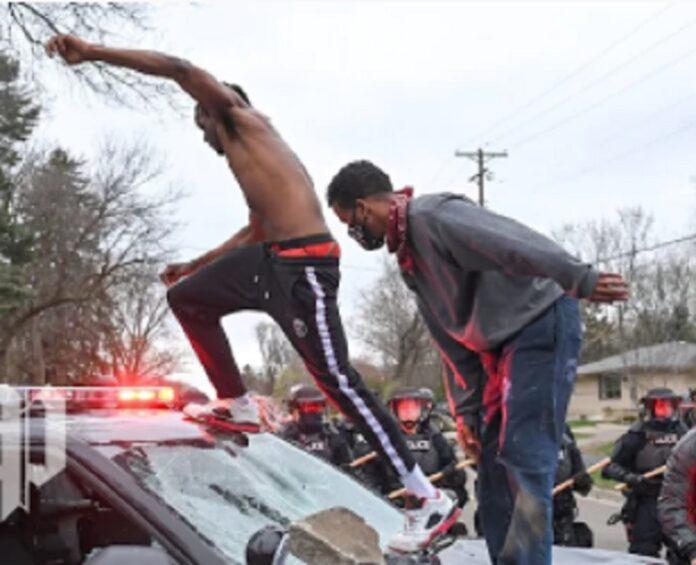 Minneapolis: continuano le proteste