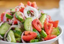 insalata di pomodori, cetrioli e cipolla