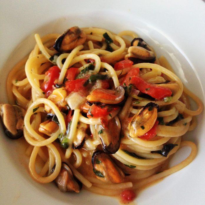 spaghettoni cozze e pomodorini