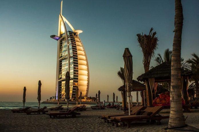 Dubai fa cadere pioggia artificiale