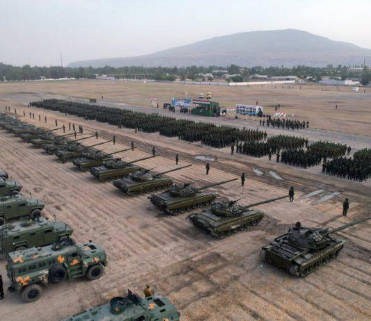 Mezzi lilitari russi nella base a Tagikistan