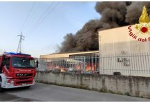 in fiamme fabbrica