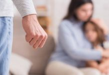 Marito maltratta la moglie